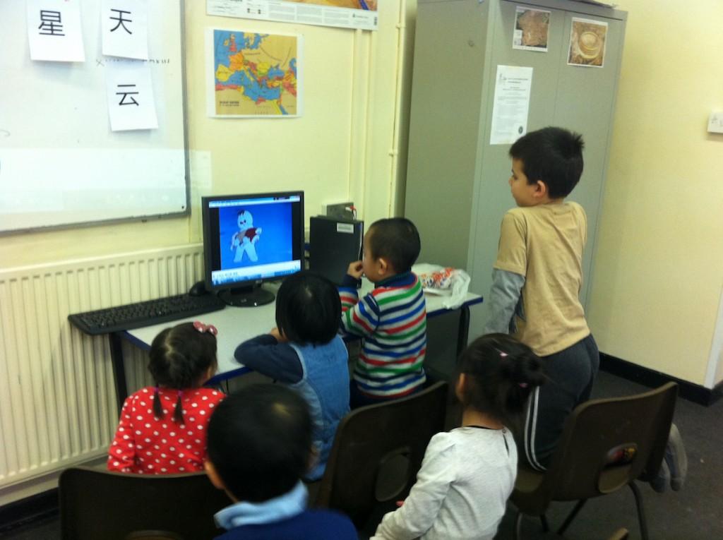 幼儿班在看中文短片